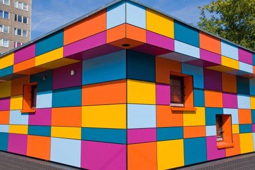 colourful-small-building-PWZEY85-prmaleri