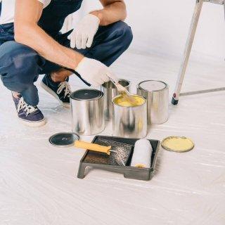 En målare som utför invändig målning