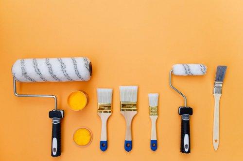 målarverktyg mot en orange bakgrund