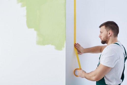 målare håller på med nymålning och ommålning