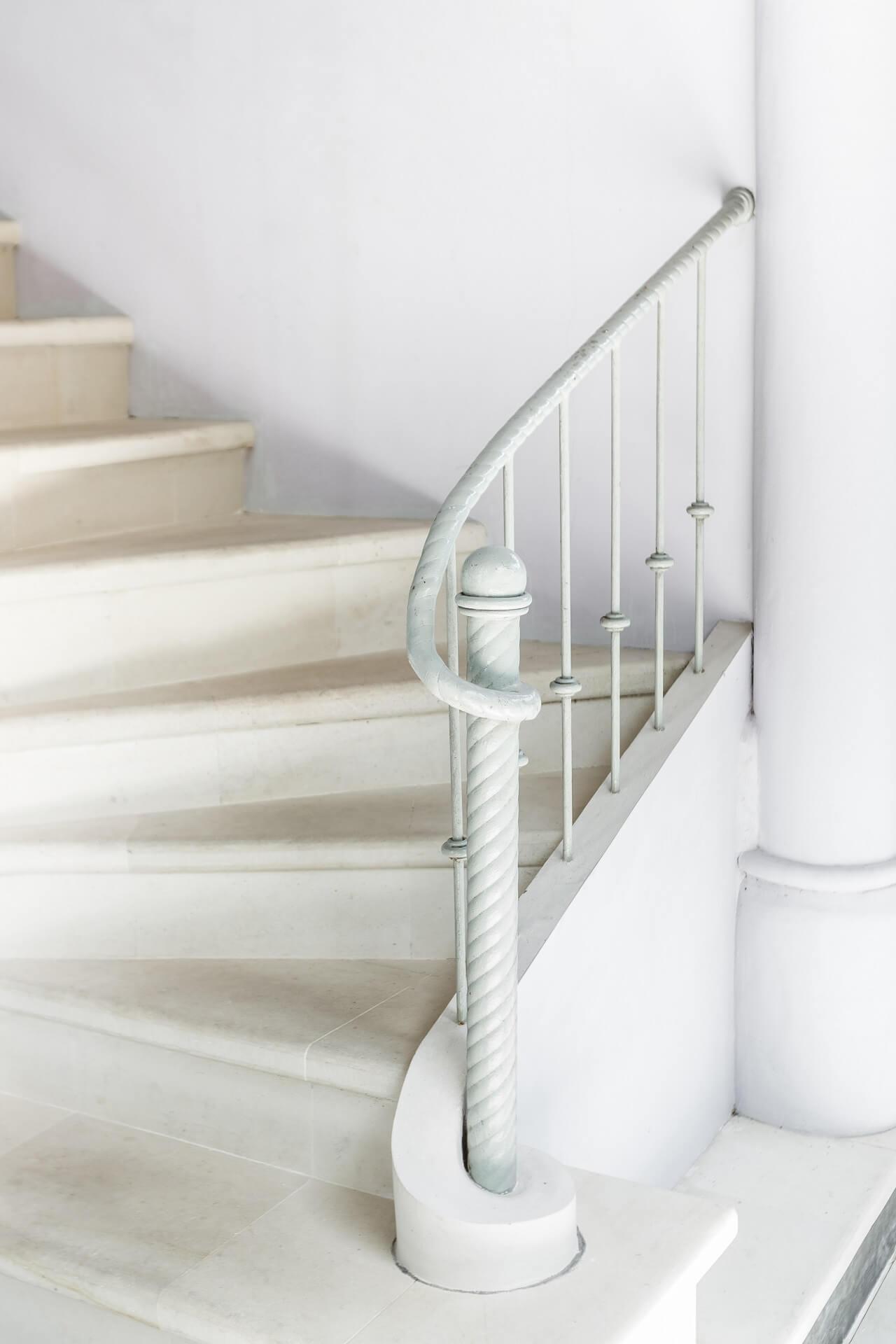 måleri Vit trappa med vitt räcke för tappning PROFFSMÅLERI I SKÅNE AB